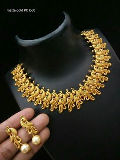 Antique Jewellery Designs, Gold Jewellery Design, Gold Jewelry, Gold Necklace Simple, Short Necklace, Stylish Jewelry, Necklace Designs, Choker, Jewels