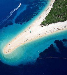 Plage Zlatni Rat, île de Brac (Croatie) : la plage s'étend sur plus de 600 mètres mais change continuellement de forme au gré des marées, des courants et du vent