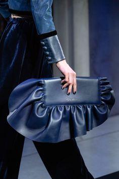 Giorgio Armani Fall 2019 Ready-to-Wear Fashion Show - Vogue Fashion Handbags, Fashion Bags, Fashion Accessories, Fashion Trends, Luxury Handbags, Giorgio Armani, Fashion Details, Look Fashion, Fashion Show
