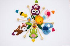 Wunderschönes und sehr aufwändig gestaltetes Mobile aus Filz mit 6 bunten Figuren , 6 Blättern,6 Herzchen, drei Blumen und Sonne.Die Figuren habe ich von beiden Seiten bearbeitet und mit...