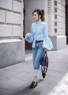 10 Statement Sleeve Outfits To Try For Spring Statement sleeves are stealing the spotlight this spring. Not sure how to wear this trend? You'll want to try these 10 chic statement sleeve outfits. Trend Fashion, Fashion Mode, Fashion 2017, Look Fashion, Fashion Outfits, Jeans Fashion, Tomboy Fashion, Fashion Details, Fashion Photo