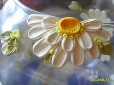 Marguerite - how to make flower and leaves. Lots of detailed pictures but translate. #Polymer #Clay #Tutorials