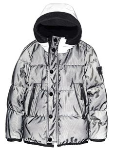 41335 MESH REFLECTIVE Hooded jacket in Mesh Reflective. This fabric, here double-layered on the outside with a nylon mesh that creates a three-dimensional effect, is highly reflective owing to a coating made up of thousands of glass micro spheres. It reflects and intensifies the brightness of the colour of the fabric itself, particularly if placed in the dark. The coating makes the fabric water and wind resistant. Urban Fashion, Men's Fashion, Fashion Design, Jacket Men, Hooded Jacket, Man Coat, Stone Island Junior, Football Casuals, Tactical Jacket