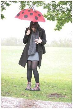Look para dia chuvoso com galochas saia cinza cachecol e sobretudo