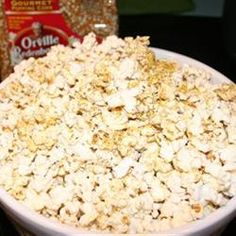 Drizzle ¼ cup melted butter over popcorn, and sprinkle with ¼ cup nutritional yeast, 1 T chili powder, 1 tsp cumin and ½ tsp salt. Recipes Appetizers And Snacks, Healthy Snacks, Snack Recipes, Healthy Eating, Desserts, Flavored Popcorn, Popcorn Recipes, Vegan Popcorn, Cheese Popcorn