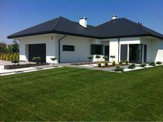 House Roof Design, House Exterior Color Schemes, Modern Family House, Modern Fence Design, Free House Plans, Bungalow Exterior, Backyard Garden Landscape, Village Houses, Interior Exterior