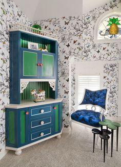 Дизайн детской комнаты для девочек: 100 фото воплощений розовой мечты http://happymodern.ru/detskie-komnaty-dlya-devochek-70-foto-voploshhenij-rozovoj-mechty/ Легкозаменяемые покрытия стен - всегда правильный выбор. Обратите внимание на другие детали: витражное окошко, модная сине-зеленая гамма в цветах мебели Смотри больше http://happymodern.ru/detskie-komnaty-dlya-devochek-70-foto-voploshhenij-rozovoj-mechty/