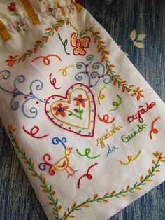 Os Trilhos Da Ana Embroidery Hearts, Embroidery Sampler, Embroidery Bags, Types Of Embroidery, Cross Stitch Embroidery, Embroidery Patterns, Textiles Techniques, Embroidery Techniques, Lavender Bags