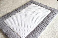 Couverture/tapis d'éveil bébé, modèle Souriceau, en tissus velours et étoiles grises et blanches