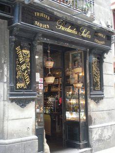 Botiga de cafès, Espècies i fruites   secs, al carrer Sombrerers Barcelona