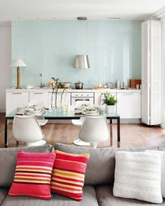 oh, room... way to confuse me, by pairing the baby blue and grey i love with coral and having it be so cool...