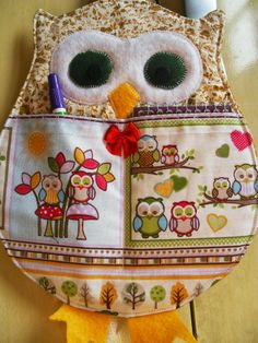 Bichos de Patch: Porta-Recados Owl Crafts, Cute Crafts, Aplique Quilts, Plastic Bag Holders, Small Sewing Projects, Fashion Sewing, Fabric Scraps, Crafty, Couture