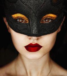 Gold eyes behind black mask / Masquerade by Belina Starscream - beautiful Clown Maske, Helloween Party, Eye Makeup, Hair Makeup, Gold Makeup, Look Girl, Masquerade Party, Masquerade Makeup, Masquerade Masks