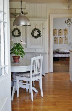 love these old furnitures , pelargonium and botanical plates... Lantliv i Norregård: Friday.....:))