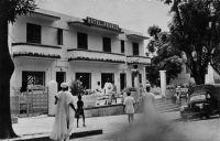 """Kindia, Hôtel de France Etape entre Kankan et Conakry. La route est longue même dans le """"Willys Overland"""""""