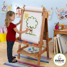 Le chevalet ajustable en bois    Votre enfant va pouvoir dessiner tout ce que son imagination lui inspire !    A la craie ou en couleurs, il donnera vie à des personnages et animaux imaginaires, des princesses, des pirates et des châteaux à colorier.    Peinture, crayons ou feutres, tout est permis pour dessiner comme un artiste !    Un cadeau de Noël ou d'anniversaire pour les enfants qui adorent dessiner !    Chevalet ajustable en bois Kidkraft. Chevalet en bois massif, pliable. Hauteur…