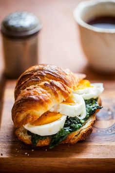 Breakfast sandwich-Croissant 1 egg 1 clove of garlic 2 handfuls of fresh spinach 2 tablespoons butter salt, pepper, nutmeg Brunch Recipes, Breakfast Recipes, Breakfast Ideas, Good Food, Yummy Food, Tasty, Cooking Recipes, Healthy Recipes, Cafe Food