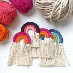 [ Unbezahlte Werbung wegen Verlinkung ] Wie versprochen habe ich euch ein kleines Tutorial für diese süßen Boho-Rainbows gedreht, die euch… Craft Activities For Kids, Crafts For Kids, Diy Crafts, Boho Crochet, Macrame Wall Hanging Diy, Thread Art, Necklace Tutorial, Macrame Tutorial, Boho Diy
