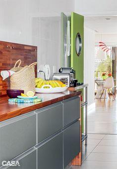 """A porta da cozinha recebeu tom """"verde-cheguei"""", como Gloria defne. """"Um exemplo de detalhe que faz a diferença."""""""