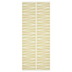 Helmi Plastikteppich gelb von Brita Sweden besticht durch sein dezentes Retro-Muster in den Farbtönen gelb und weiß. Dieser multifunktionelle, robuste und pflegeleichte Teppich hat ein breites Einsatzgebiet: im Eingangsbereich, der Küche, in Nassräumen, aber auch als Outdoor-Teppich auf der Terrasse, am Balkon oder am Swimmingpool ist dieser hochwertige Plastikläufer eine Bereicherung. Helmi wird von Brita Sweden nach dem Jacquard-Verfahren gewebt, was diesem Schmuckstück beim Wenden ...