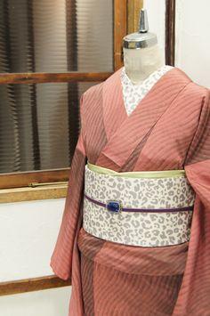 ゆらゆらゆれる波のような有機的なストライプがモダンでアートな正絹御召の袷着物です。