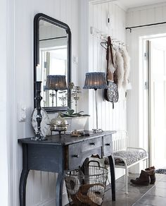 Love this table for an entry and I love that lampshade