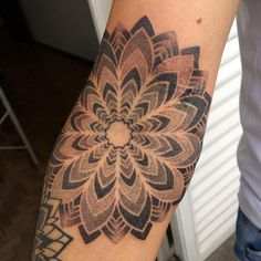 Tatuagem de mandala feita por Djorgenes Martins no estilo pontilhismo. #tattoo #tatuagem #pontilhismo #dotwork #mandala