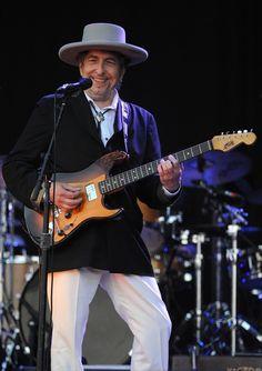 仏西部カレープルゲで開催された音楽フェスに出演するボブ・ディラン氏(2012年7月22日撮影)
