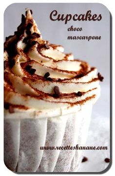 Des cupcakes très gourmands au cœur fondant au Nutella et un nuage de mascarpone 4 œufs 120g de sucre 120g de poudre d'amande 50g de farine 10 cl d'huile de tournesol Un sachet de levure Le zeste d'un citron non traité Du Nutella pour le fourrage 200... Gourmet Cupcakes, Cubs Cake, Elegant Cupcakes, Dip, Fondant, Muffin Cups, Mini Cakes, Coco, Muffins