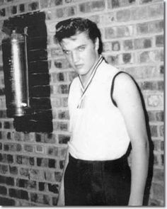 See Elvis Presley pictures, photo shoots, and listen online to the latest music. Rock And Roll, Young Elvis, Elvis Presley Photos, Priscilla Presley, Idole, Thats The Way, Graceland, Louisiana, Candid
