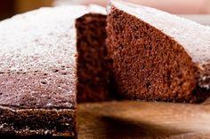 Esta receita de bolo de chocolate meio amargo pode ser uma opção para quem gosta de chocolate e tem o colesterol alto, porque não possui alimentos com...