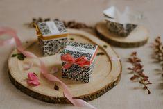 Szatén szalagos masnival díszített, elegáns, barokk mintás esküvői meghívó. A tetőt levéve szétnyílik a dobozka és belül olvasható a meghívó szövege. #dobozosmeghívó #esküvőimeghívó #meghívó #kreatívcsiga #weddinginvitation #wedding #invitation #classicwedding #barokk #baroque Place Cards, Place Card Holders