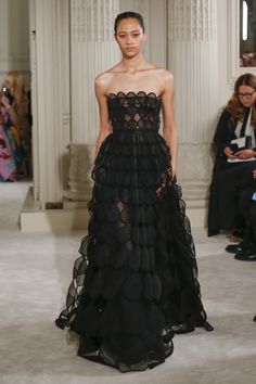 Spring 2018 Couture Fashion Show The complete Valentino Spring 2018 Couture fashion show now on Vogue Runway.The complete Valentino Spring 2018 Couture fashion show now on Vogue Runway. Style Haute Couture, Spring Couture, Couture Fashion, Runway Fashion, Fashion Show, Fashion Design, Fashion Spring, Womens Fashion, Haute Couture Dresses