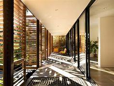 Koberce na prkenné terase ozvláštňují interiér, dřevěné stínící panely umí...