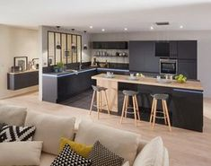 cuisine contemporaine grise aménagée avec un bar central en bois et gris laque