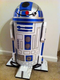 Trash Can -made from a plastic trash can, orthotic foam, aluminum pieces… Star Wars Halloween, Star Wars Art, Lego Star Wars, Star Wars Room Decor, Star Wars Party Decorations, Star Wars Zimmer, Star Wars Bathroom, Fun Crafts, Diy And Crafts