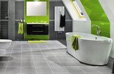 Mit modernen Fliesen ein kleines Bad wunderschön gestalten.Bunte Fliesen im Badezimmer, zweifarbige Fliesen, Muster aus Fliesen legen, Muster im Badezimmer