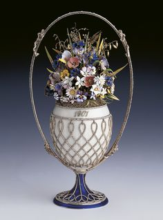 Fabergé - Imperial Easter Egg - Basket of Flowers Egg, Photo: The Royal Collection © Her Majesty Queen Elizabeth II. Tsar Nicolas Ii, Tsar Nicholas, Fabrege Eggs, Objets Antiques, Faberge Jewelry, The Royal Collection, Egg Art, Royal Jewels, Awesome