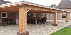 Klassieke robuuste houten veranda aan huis met plat dak lichtkoepel lichtstraat van lariks douglas eiken hout zelfbouw bouwpakket