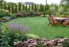 33 landscape design ideas you can implement before the start of autumn! Outdoor Landscaping, Front Yard Landscaping, Back Gardens, Outdoor Gardens, Circular Lawn, California Decor, Pergola, Small Garden Design, Garden Borders