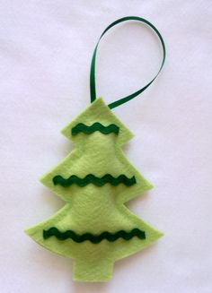 PROMOÇÃO DE INAUGURAÇÃO DA LOJINHA NO ELO 7!!!  APROVEITE!!!    Árvore de Natal em feltro para enfeitar a sua árvore.    O prazo para confecção é de 7 dias úteis, mas sempre temos enfeites à pronta entrega. Entre em contato e consulte a disponibilidade.