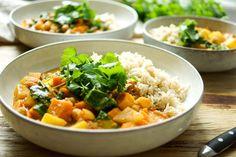 Veganes Kichererbsen Curry mit Suesskartoffeln Rezept mit Möhren, Koriander, Kreuzkümmel, Zimt, Kurkuma, Cayenne-Pfeffer, frischem Ingwer, Knoblauch und roten Chilischoten