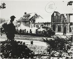 Asten, Oorlogsschade : een Sherman-tank voor de uitgebrande huizen van de families Van Hoek en Eijsbouts. 1944