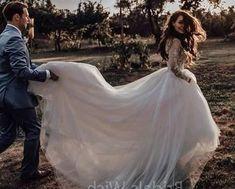 Damat, gelinliği taşırken açık hava dış mekan düğün pozu | Kadınca Fikir - Kadınca Fikir
