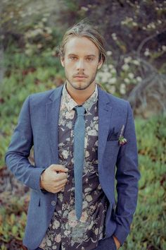 02 a dark floral shirt, a slate grey jacket and a grey tie for a hippie feel - Weddingomania