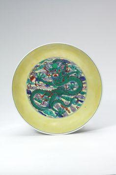 Grüner Drache auf gelbem Fondteller, Porzellan mit Aufglasurfarben, Qing-Dynastie, Ära Kangxi (1662–1722) Privatbesitz