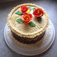 Buttercremetorte mit Schokoladendeko und Fondantrosen -  Geburtstagstorte