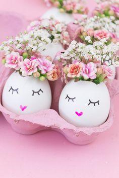 DIY Osterdeko: Süße Vasen aus Eierschalen basteln: Aus Ostereiern kann man noch viel mehr machen als sie einfach nur bunt anzumalen. Zum Beispiel süße Vasen als Deko für den Ostertisch oder als Geschenk im Osternest.