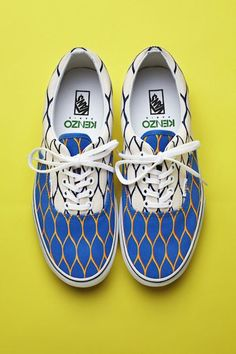 Kenzo mixes them for you. Vans x Kenzo. Summer Sneakers, Summer Shoes, Summer Feet, Spring Summer, Mode Chic, Mode Style, Men's Style, Moda Masculina, Boots
