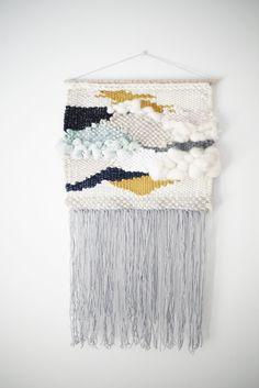 Tissage mural Dimensions : 30 x 60 cm environ avec franges Il se compose de lin naturel, coton, laine mèche, laine et soie.